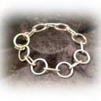 Armband med hamrade ringar